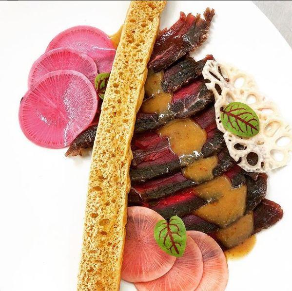 Restaurants Aix -L'Escale Des Vins - Gravlax de Boeuf au dashi, pickles de radis sur sa fougasse aux sésames