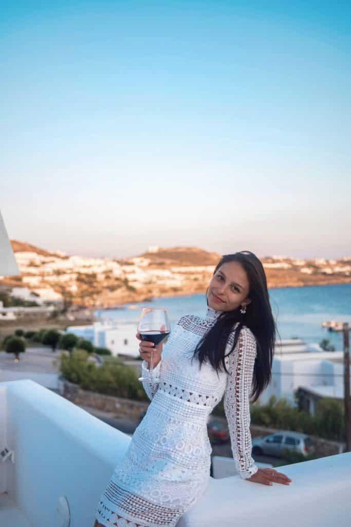 Katikies Hôtel Mykonos | Verre de vin avec vue